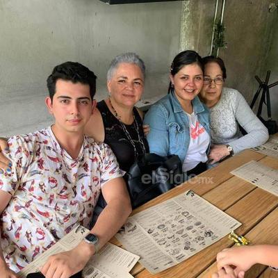 Queta Pérez con sus hijos disfrutando de un desayuno.