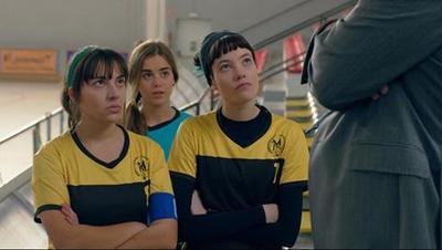 Las del hockey (20/09/2019) Las integrantes de un equipo femenino de hockey buscan la victoria en la pista mientras tratan de sacar tiempo para el estudio, la familia y el amor.