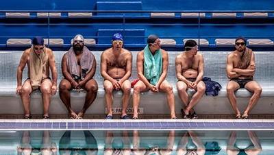 Hombres al agua (01/09/2019)  Un grupo de cuarentones decide formar el primer equipo masculino de nado sincronizado, desafiando los estereotipos.