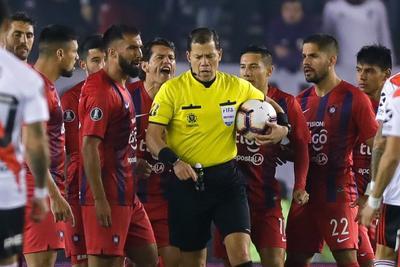 Por la misma llave, Boca goleó en la víspera 3-0 a Liga de Quito. Las revanchas se jugarán la próxima semana y de mantener la ventaja, los dos gigantes del fútbol argentino se enfrentarán por un lugar en la final programada para el 23 de noviembre en Santiago de Chile.