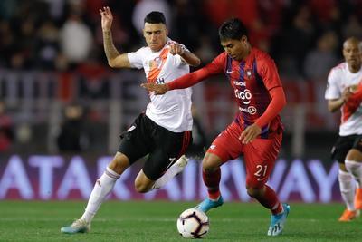 La situación dudosa se dio tras un tiro de esquina, en el cual el VAR advirtió una infracción en el área del delantero argentino Joaquín Larrivey, de Cerro, sobre el uruguayo Nicolás de la Cruz.