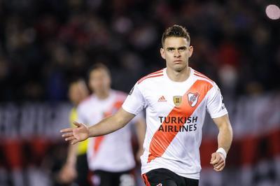 Fernández ejecutó la pena a los ocho minutos y el colombiano a los 65 en el estadio Monumental de River, por el duelo de ida de los cuartos de final del certamen continental.