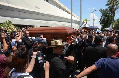 Familiares, amigos y seguidores dan el último adiós al cantante de vallenato, Celso Piña.