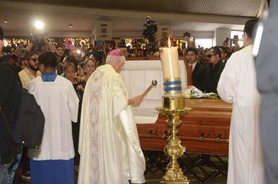 Se celebró una misa de cuerpo presente presidida por Heriberto Cavazos, el Obispo de Monterrey.