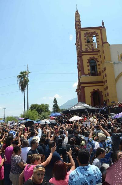 Afuera de la Basílica de Guadalupe de Monterrey fanáticos esperaban para dar el último adiós al cantante Celso Piña.