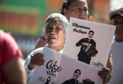 Sus seguidores recordaron con carteles al intérprete de vallenato.