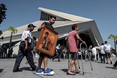 Seguidores del fallecido músico, Celso Piña, asisten este sábado su funeral y homenaje.