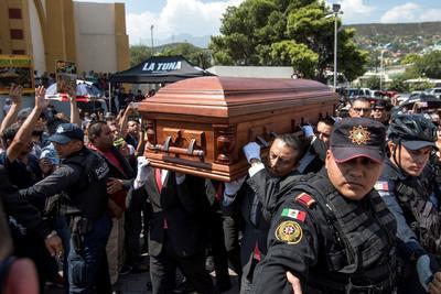 Fotografía tomada este sábado que muestra el momento en que llegan los restos mortales del músico, Celso Piña, a la Basílica de Guadalupe, en la ciudad de Monterrey.