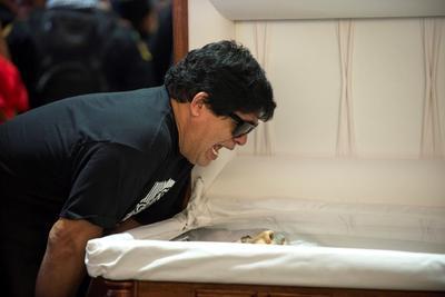 Rubén Piña da este sábado el adiós a su fallecido hermano Celso Piña, durante su funeral y homenaje realizado en la Basílica de Guadalupe, en la ciudad de Monterrey.