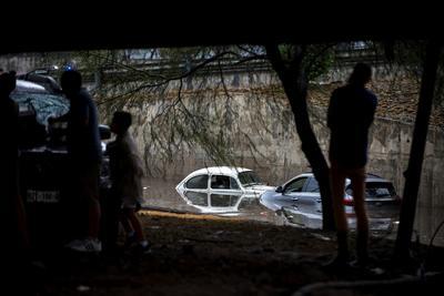 Daños a automóviles en las principales vías a causa de la inundación que dejaron las fuertes precipitaciones.