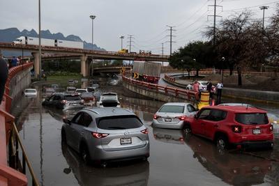 Lluvias intensas causaron este sábado estragos con severas inundaciones en calles y pasos a nivel de las principales avenidas de Monterrey