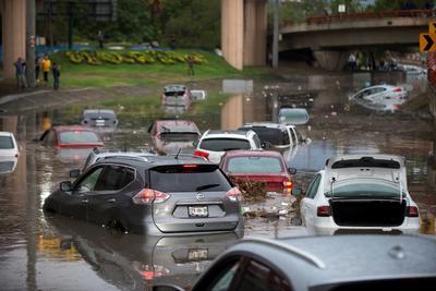 Las principales avenidas de Monterrey, que normalmente registran intensa carga vehicular, se convirtieron en grandes estacionamientos por los severos encharcamientos.