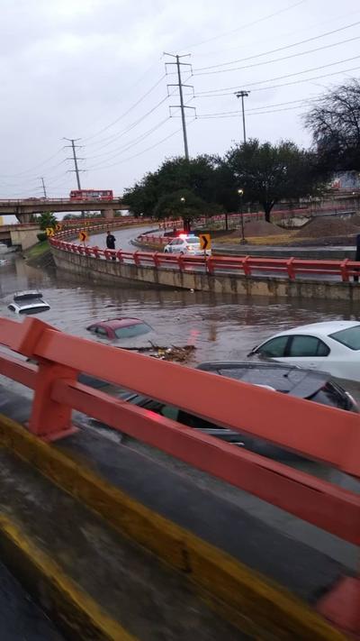 Usuarios de redes sociales compartieron las imágenes de los autos sumergidos en el agua en los principales caminos de Monterrey.