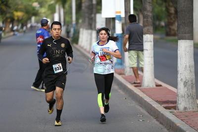 Al momento de cruzar la meta, cada uno de los corredores colgaron de su pecho la medalla.