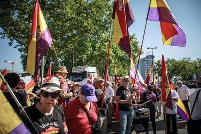 Entre los asistentes estuvieron muchos españoles, con banderas de la República, que habían participado la víspera en diferentes actos en homenaje a la Nueve, que había sido olvidada en Francia, pero que en los últimos años está siendo reconocida.