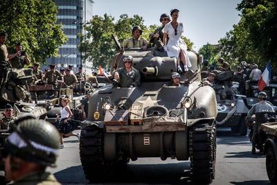 El Ayuntamiento había invitado a los participantes a vestirse con uniformes de la época y en el desfile participaron algunos carros de combate similares a los que recorrieron las calles de la ciudad en la lucha contra los nazis.