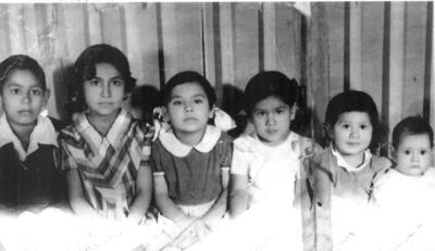 Martín con sus hermanitas Angelina, Chacha, Aurora, Inés y Mercedes Gómez Flores; hace algunas décadas.