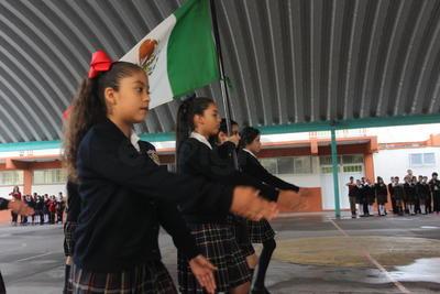 Particularmente en el caso de nivel secundaria, algunas escuelas ya realizaron la entrega de los uniformes escolares gratuitos del Gobierno del Estado y se prevé desde hoy la entrega de los libros de texto.