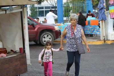 Padres y madres de familia, abuelos y abuelas acudieron a dejar a los niños en su primer día de clases.
