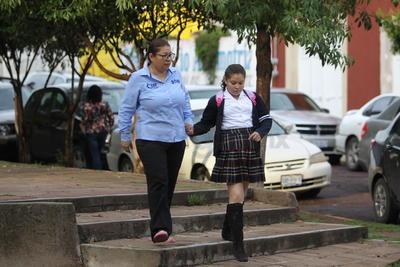 Varios estudiantes usaron los uniformes de gala de las escuelas, mientras que otros recurrieron al entregado por Gobierno del Estado.