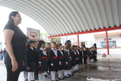 Como se acostumbra cada lunes en muchos de los centros educativos se llevaron a cabo los Honores a la Bandera.