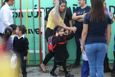 Algunos pequeños acudieron a su primer día de clases en su vida escolar.