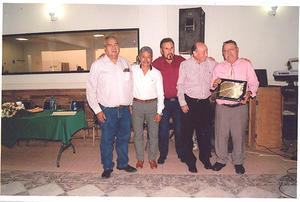 25082019 Ricardo Almaraz, José Luis Castro, Manuel Olalvio Díaz y Enrique Rubio Vera en compañía de José Ramón Ocón celebrando su reconocimiento.