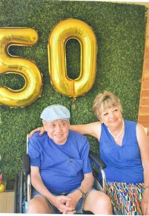 25082019 50 AñOS DE MATRIMONIO.  Gustavo L. Wong y Graciela González Fernández se encuentran muy contentos por su aniversario de casados; en la celebración los acompañaron sus tres hijos y seis nietos.