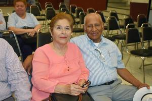 25082019 EN UNA PLÁTICA.  Lupita y Héctor.