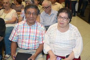 25082019 EN INTERESANTE CHARLA.  Antonio y María del Consuelo.