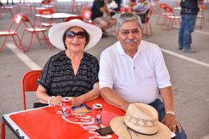 24082019 Alfonso Amador y su esposa.
