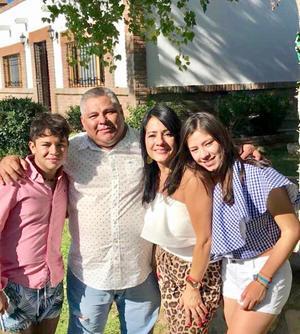 27082019 UN AñO MáS DE VIDA.  Arturo García Ramírez celebró su cumpleaños en compañía de su esposa, Rosario Iparrea Cervantes; y sus hijos, Susana y Arturo.