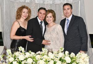 27082019 BODAS DE ORO.  Lupita Morales de López e Ing. Nazario López Robles, en compañía de sus hijos, Elizabeth López de Aragón y Eduardo López Morales.