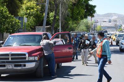 Personal de la Secretaría de Finanzas del área de Control Vehicular, acompañados por elementos de Fuerza Coahuila, están a cargo.