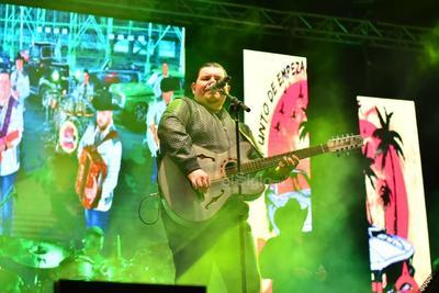 Los músicos fueron recibidos con gritos eufóricos y fuertes aplausos. Te amo Oscar Iván, exclamó una fan ubicada en el área VIP.