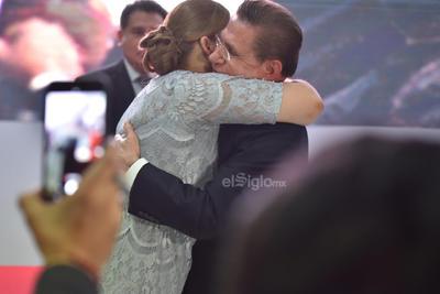 Marina Vitela y José Rosas Aispuro Torres se dieron un afectuoso abrazo.