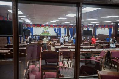 Un grupo de diputados opositores de Haití destruyó parte del mobiliario de la Cámara Baja.
