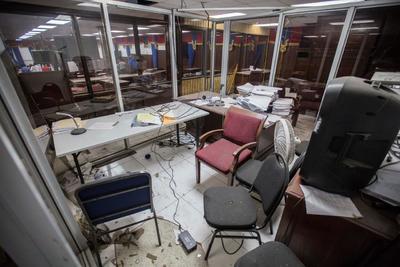 Parte del material de oficina fue destrozado y había ventanas rotas, así como documentos esparcidos por el suelo.