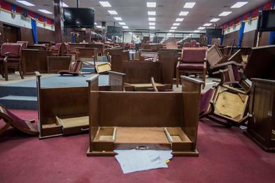 Muchas sillas y mesas estaban volcadas y tiradas por el suelo de la sala de plenos de la Cámara de los Diputados.