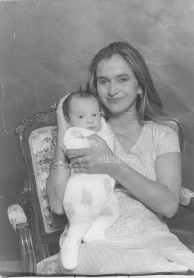 María Teresa Limones y su pequeño hijo Juan Emanuel de 2 meses. Hace ya varios años.