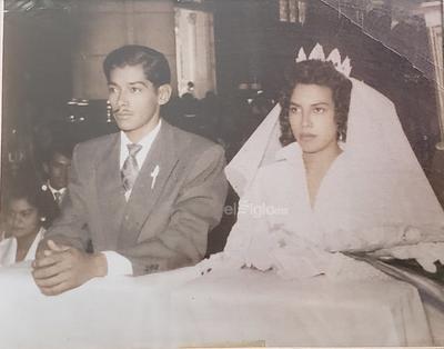 Ezequiel Félix Cadillo y Trinidad Mireles Briones, unieron sus vidas el 27 de agosto de 1958 en la Parroquia de Guadalupe en Gómez Palacio. Están celebrando 61 años de casados.