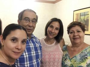 01092019 FESTEJAN EL DíA DEL ABUELO.  Carla y Cecilia en compañía de sus abuelitos.