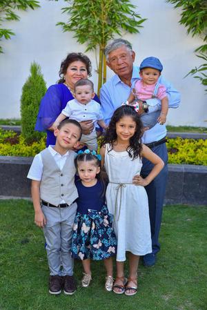 01092019 Javier y Mayela con sus nietos Corpus Lozoya.