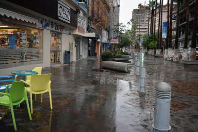 La avenida Morelos en el Centro de Torreón presentó encharcamientos leves.