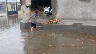 Habitantes de la colonia Fuentes del Sur salieron de sus casas para retirar la basura de las bocas de tormenta.