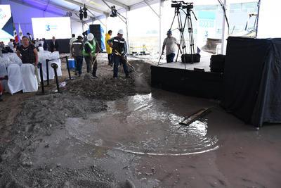 Minutos antes del evento, personal de la institución educativa colocó caliche sobre los encharcamientos que se registraron a raíz de la lluvia.