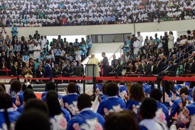 Miles se congregaron para ver al pontífice.