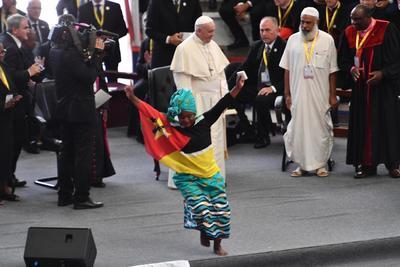 Le dedicaron cánticos y bailes a su llegada al país.