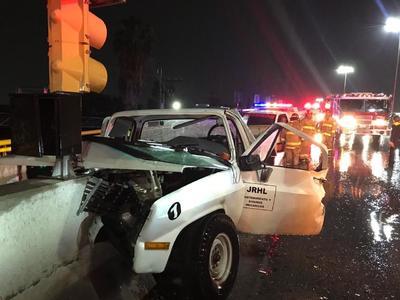 Una camioneta se impactó contra el muro de contención del bulevar Miguel Alemán en el descenso hacia el González de la Vega, en Gómez Palacio, la noche del miércoles.