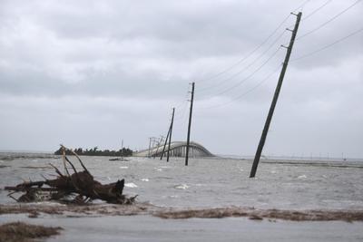 El huracán se desplazaba a 14 millas por hora en el momento de tocar tierra.